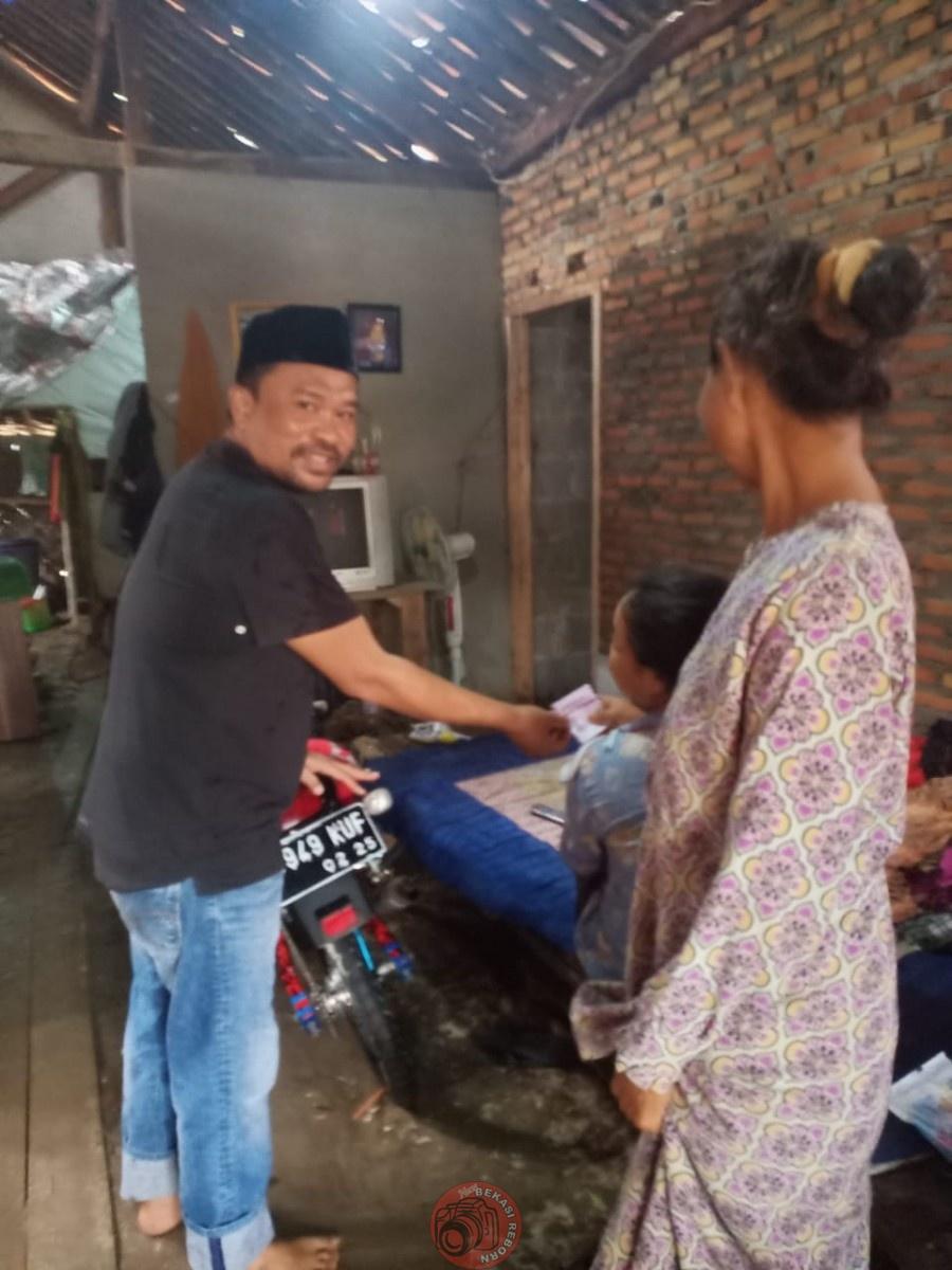News Bekasi Reborn Maryadi Kades Sukarahayu Sigap Bersihkan Pohon Tumbang Menimpa Rumah Warga
