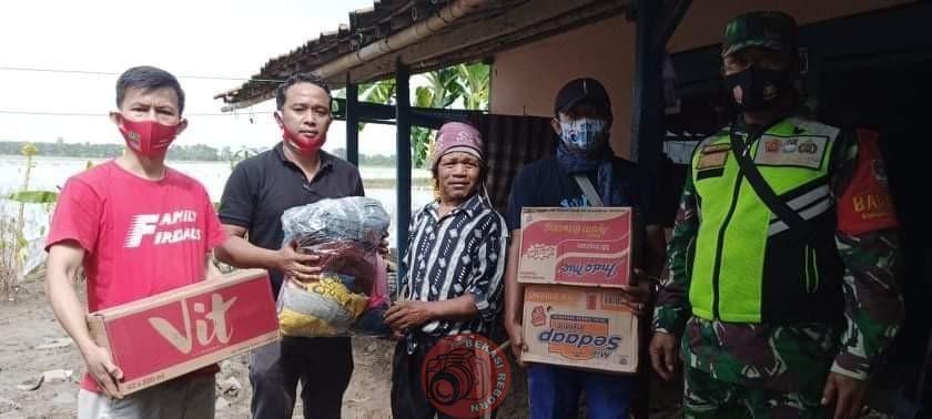 News Bekasi Reborn Iwan Setiawan Kades Cibarusah Kota Salurkan Bantuan Sosial Korban Banjir di Pebayuran dan Cabang Bungin