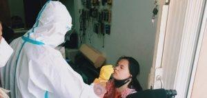 News Bekasi Reborn Polsek Cikarang Timur dan Petugas Gabungan Dor To Dor Sambangi Warga Perum Graha Asri Untuk Tes Swab Antigen