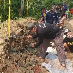 News Bekasi Reborn H.Ajan Kepala Desa Cipayung Bersama Warga Bahu Membahu Perbaiki Jalan Jebol Paska Banjir Bandang