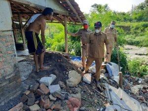 News Bekasi Reborn Dede Sulaeman,S.Kom. Kades Mekarmukti Tinjau Rumah Warga Akibat Abrasi Kali Cilemahabang
