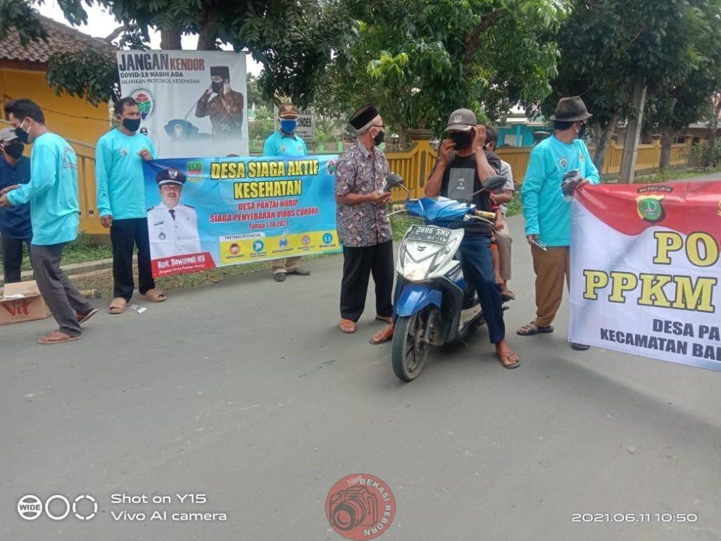 News Bekasi Reborn Suwandi HS Kades Pantaiurip Giat JUMSIH dengan Bagikan Masker, Hand Sanitiser dan Seragam PPKM untuk Warga