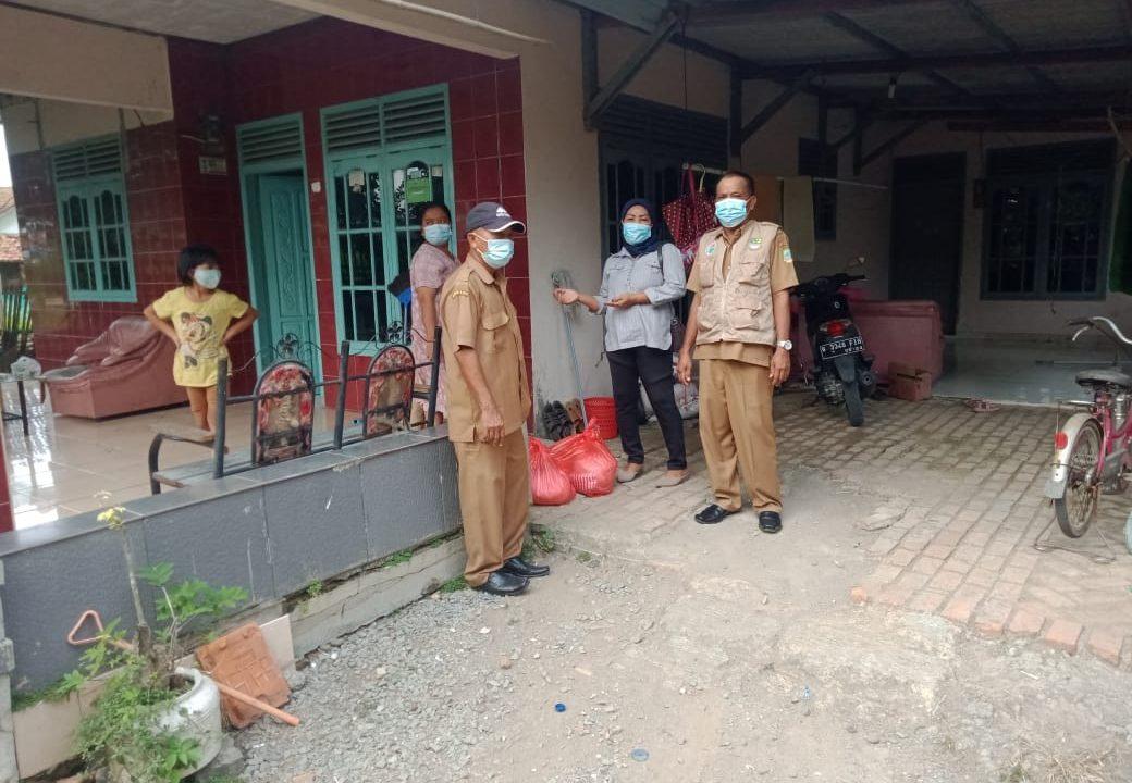 News Bekasi Reborn Hj. Mariyah Kades Tanjungbaru Bagikan Sembako Untuk 23 Warga yang Isolasi Mandiri