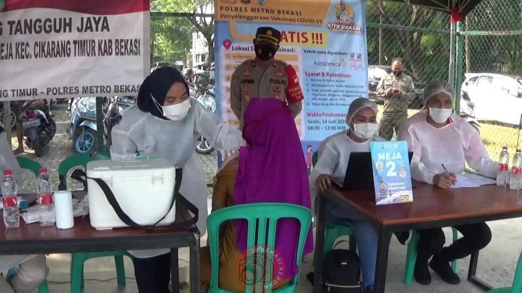 News Bekasi Reborn Suwandi Kades Jatireja Bersama Polsek Ciktim Program PMJ Giat Vaksinasi Massal Gratis