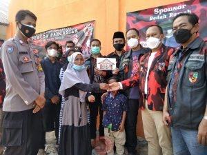 News Bekasi Reborn MPC PP bersama PAC PP Sukakarya Serah Terima 5 Kunci Bedah Rumah Anak Yatim