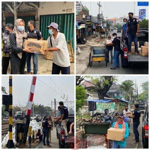 News Bekasi Reborn AKBP Andi Oddang Kasat Reskrim Polres Metro Bekasi, Turun Langsung Bagikan 200 Paket Sembako Untuk Warga yang Tidak Mampu
